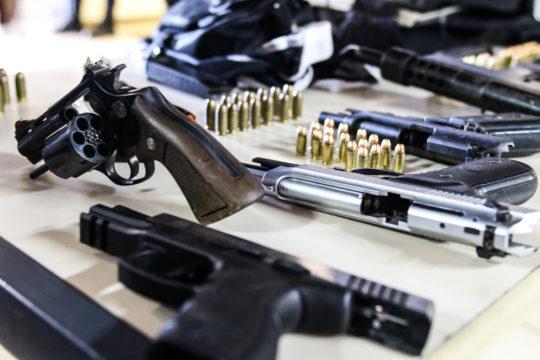 Polícia apreendeu armas, munições e colete balístico. (Foto: Carlos Grevi)
