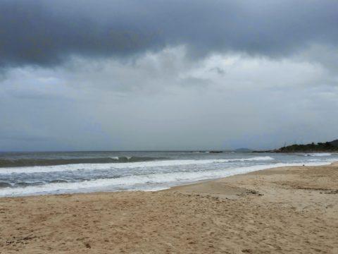 Praia em tempo chuvoso (Foto: Reprodução)