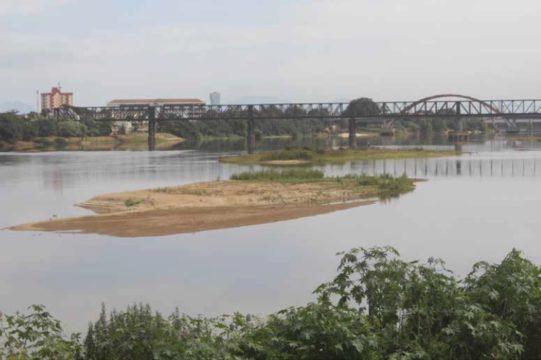 O banco de areia em Campos é um claro sinal de que, além da seca, o Rio Paraíba vem perdendo boa parte de seu volume. (Foto: Silvana Rust)