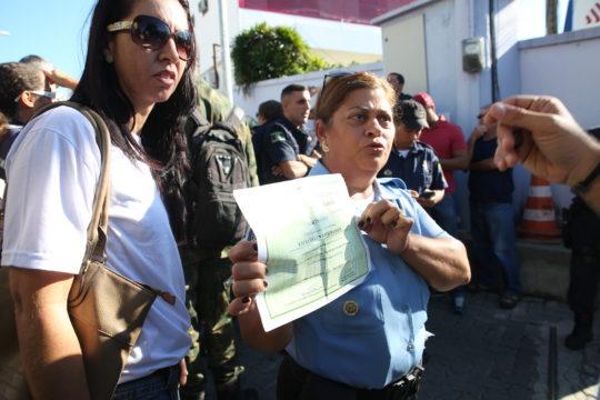Auxiliares de vigilância impediram saída de viaturas/Arquivo (Foto: Silvana Rust)