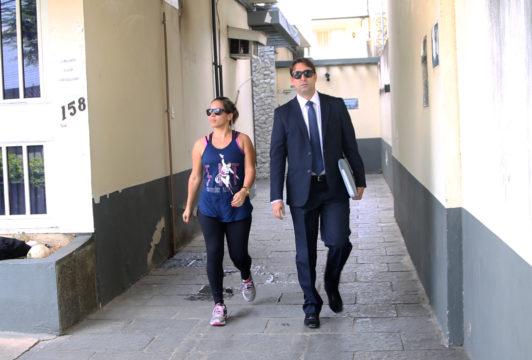 Joyce deixa a Delegacia da Polícia Federal na companhia de advogado, no início da tarde desta quarta-feira. (Foto: Silvana Rust)