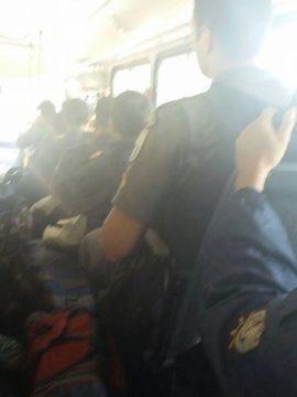 Transferência em microônibus lotado (Foto: reprodução)