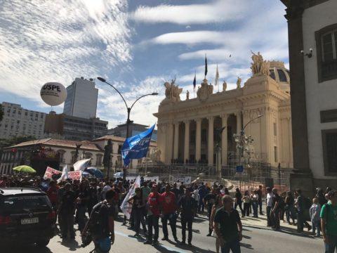 Manifestantes fazem ato em frente à Alerj (Foto: Henrique Coelho/G1)