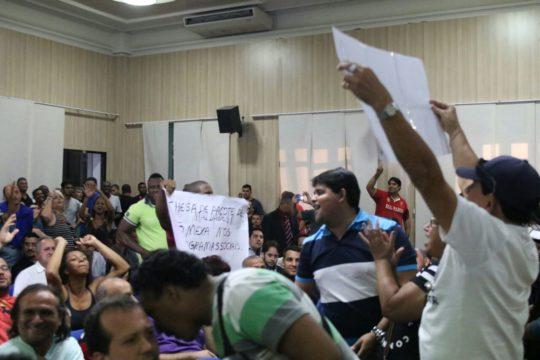 Manifestantes levaram cartazes para protestar (Foto: JTV)