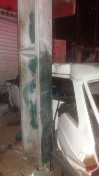 Veículo atingiu um poste e colidiu contra a porta de um comércio. (Foto: Divulgação/De Olho na Notícia)