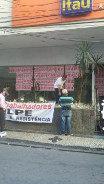 Bancários colocam faixas em bancos do Centro. (Foto: Liberato Verdille)