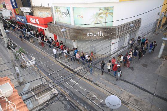 Às 9h, a fila dobrava a esquina e se estendia pela travessa Carlos Gomes. (Foto: Silvana Rust)