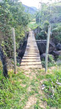 Localidade tem pouca estrutura. A ponte é precária (Foto: reprodução)