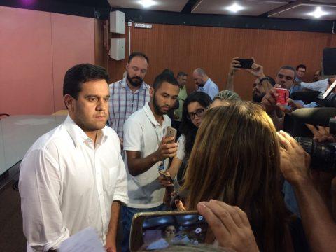 Prefeito Rafael Diniz falou à Imprensa nesta segunda (Foto: JTV)