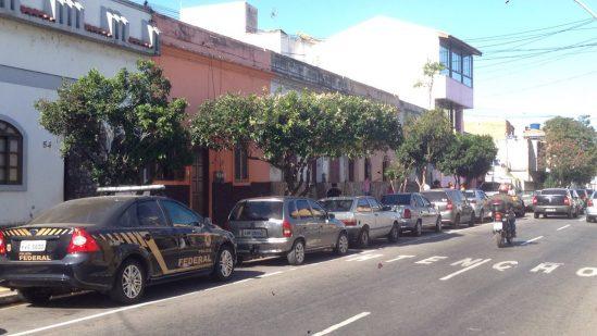 Polícia Federal na frente da casa de Garotinho (Foto: JTV)