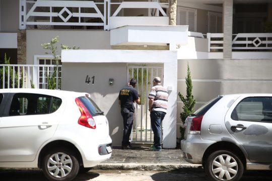 Agentes da PF na frente da casa do ex-procurador da Câmara, Luís Felipe Klem (Foto: Silvana Rust)