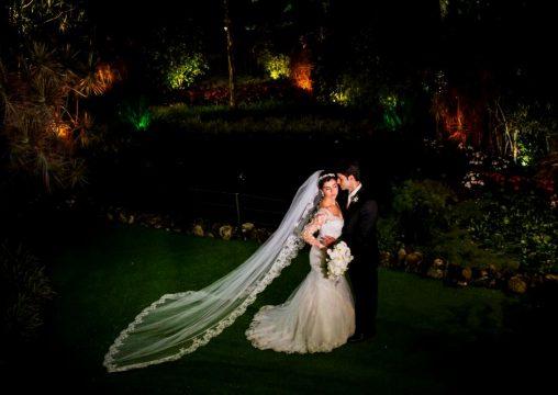 Os belos noivos Luísa Lima Lopes e Deilton Duarte na Casa das Canoas em São Conrado-RJ