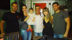 O aniversariante João José Carneiro com Marquinho Veloso e Sasha Alves e também Patrick Carneiro e Francine Sepúlveda com a filha Luiza