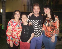 Alex Siqueira com a mãe Elecy, o sobrinho Heitor e a irmã Cristiane – festejando e curtindo niver em faqmília.
