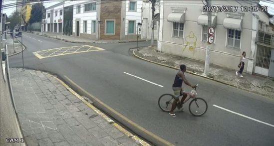 Homem rouba jovem em pleno Centro de Campos (Foto: reprodução redes sociais)