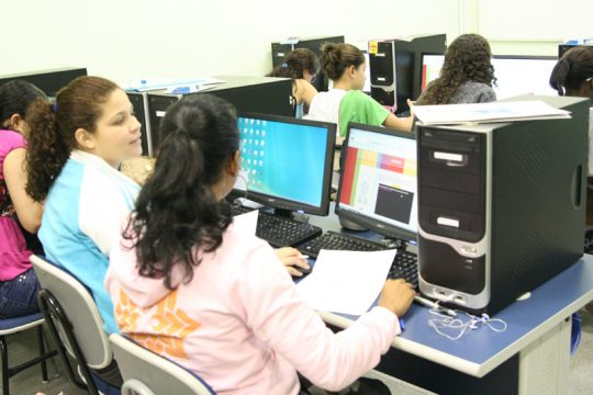 Estudantes participam de cursos gratuitos de informática em duas modalidades (Foto: IFF)