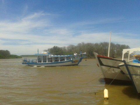 Barcos de passeio e de passageiros navegam no Rio Paraíba entre Gargaú e SJB (Foto: JTV)