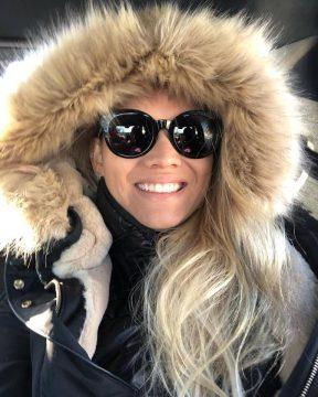 A bela Júlia Pinaje preferiu o frio canadense.