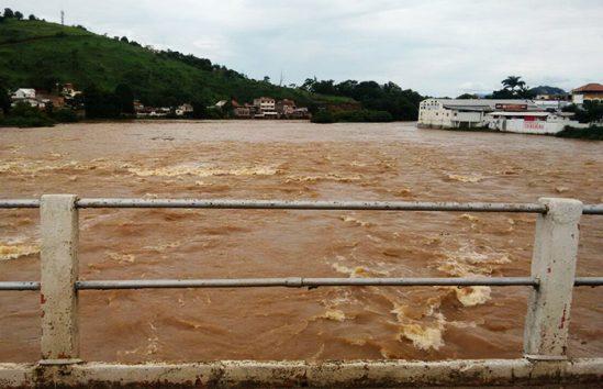 Em Itaperuna, o nível do Rio Muriaé causa apreensão (Foto: Divulgação)